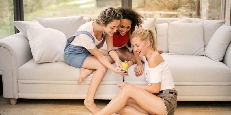 Women-on-social-media